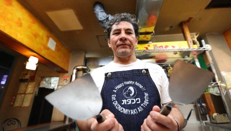 El guatemalteco Fernando López atiende su restaurante en el barrio Yocogagua, en Hiroshima, Japón. (Foto Prensa Libre: César Pérez Marroquín)
