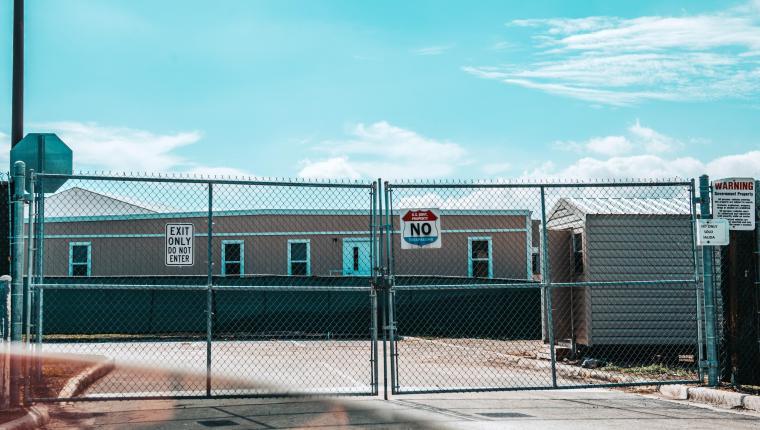 ACOMPAÑA CRÓNICA: EEUU INMIGRACIÓN. MIA20. HOMESTEAD (FL, EEUU), 02/03/2019.- Fotografía sin fecha cedida por Harry Castiblanco de una vista lateral del centro de detención de indocumentados en Homestead, Florida (EE.UU.). Los chicos están bien pero encerrados es la impresión que se lleva el visitante del cuestionado Refugio Temporal para Niños Migrantes No Acompañados de Homestead (sur de Florida) cuando las puertas se cierran detrás de él. En este lugar eufemísticamente llamado refugio viven 1.200 chicos y chicas de 13 a 17 años, que pronto serán 2.350, pues está previsto duplicar su población. EFE/Cortesía Harry Castiblanco/SOLO USO EDITORIAL/NO VENTAS/MEJOR CALIDAD DISPONIBLE