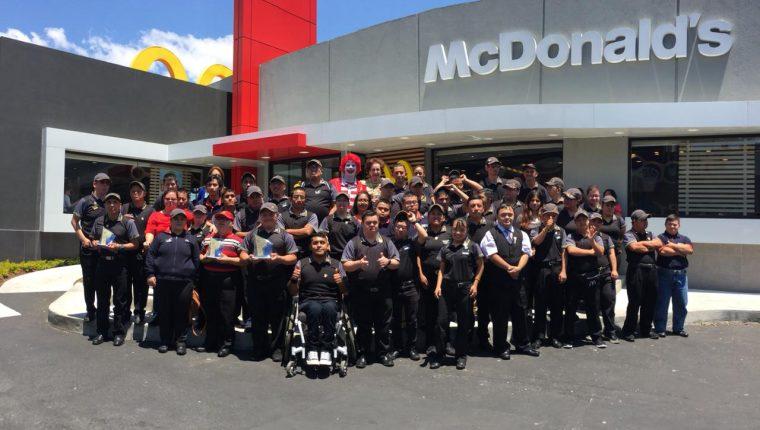Los trabajadores homenajeados posan junto a doña Patty Cofiño