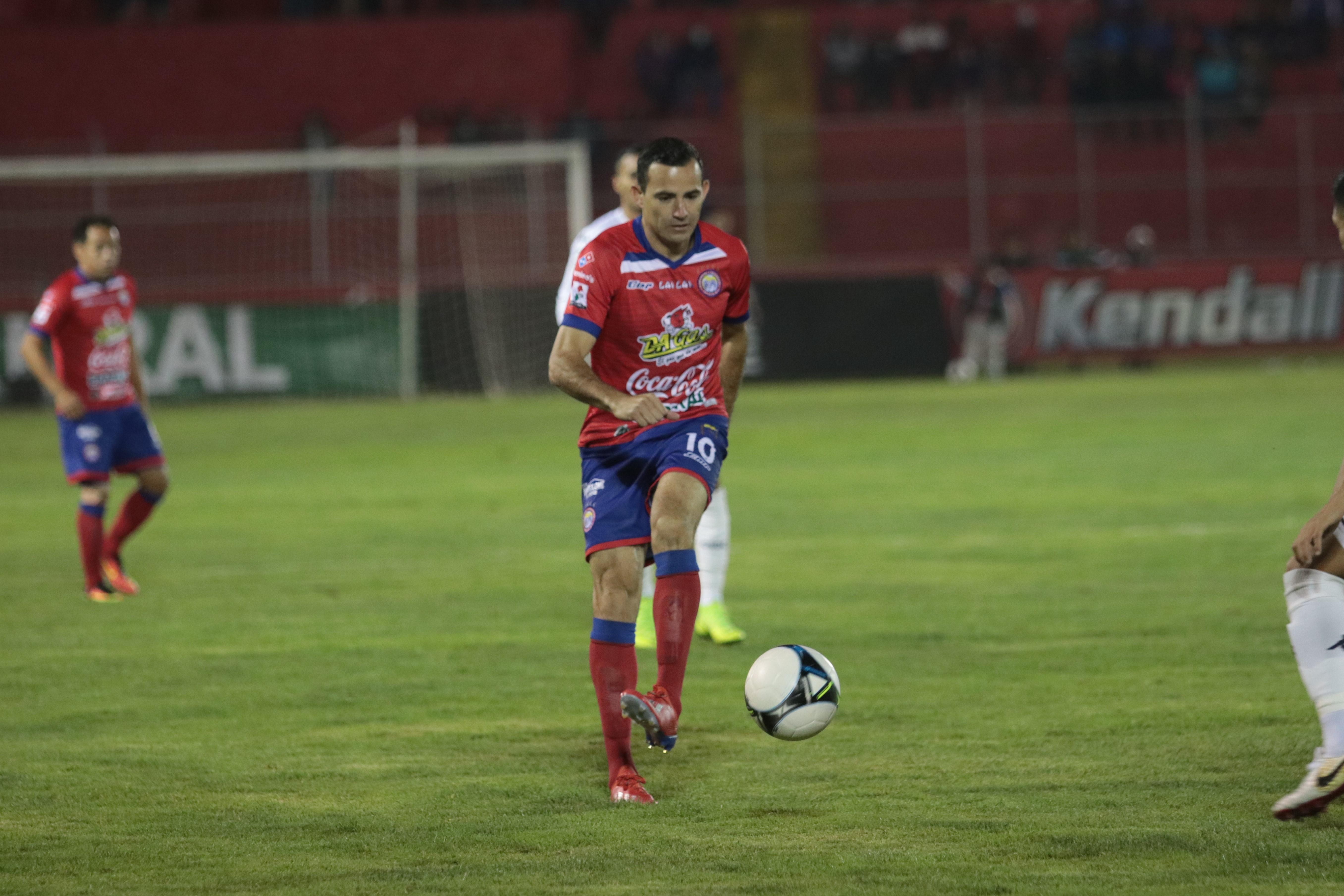 Marco Pappa brindó su mejor partido del torneo, con un gol y siendo muy participativo en las jugadas de Xelajú.  (Foto Prensa Libre: Raúl Juárez)