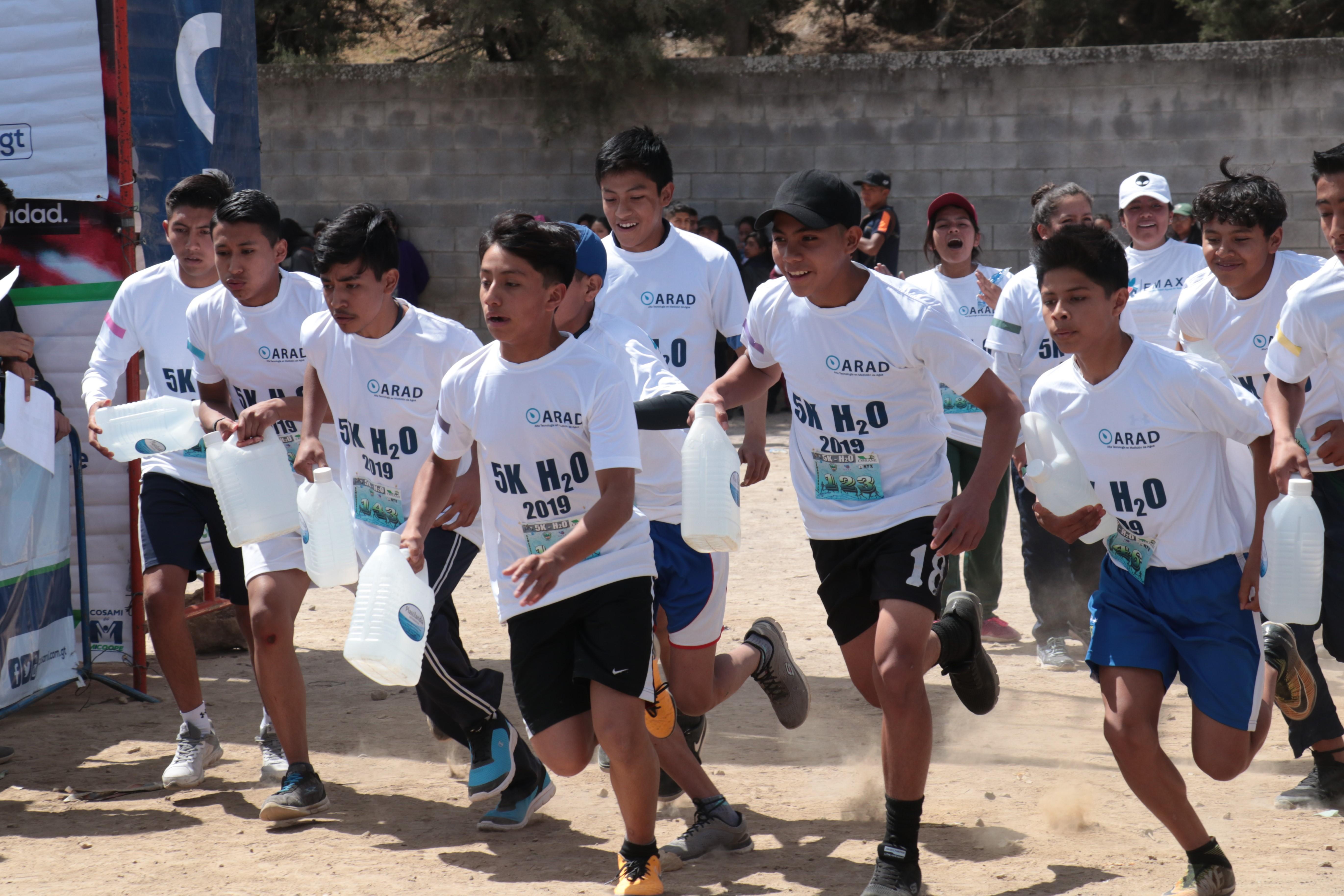 Los estudiantes de nivel medio participaron en la primera edición 5K H20 que se celebró en Xela. (Foto Prensa Libre: Raúl Juárez)