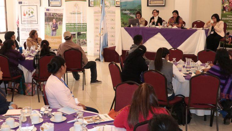 Las mujeres recibieron platicas sobre recursos naturales y cambio climático. (Foto Prensa Libre: Raúl Juárez)