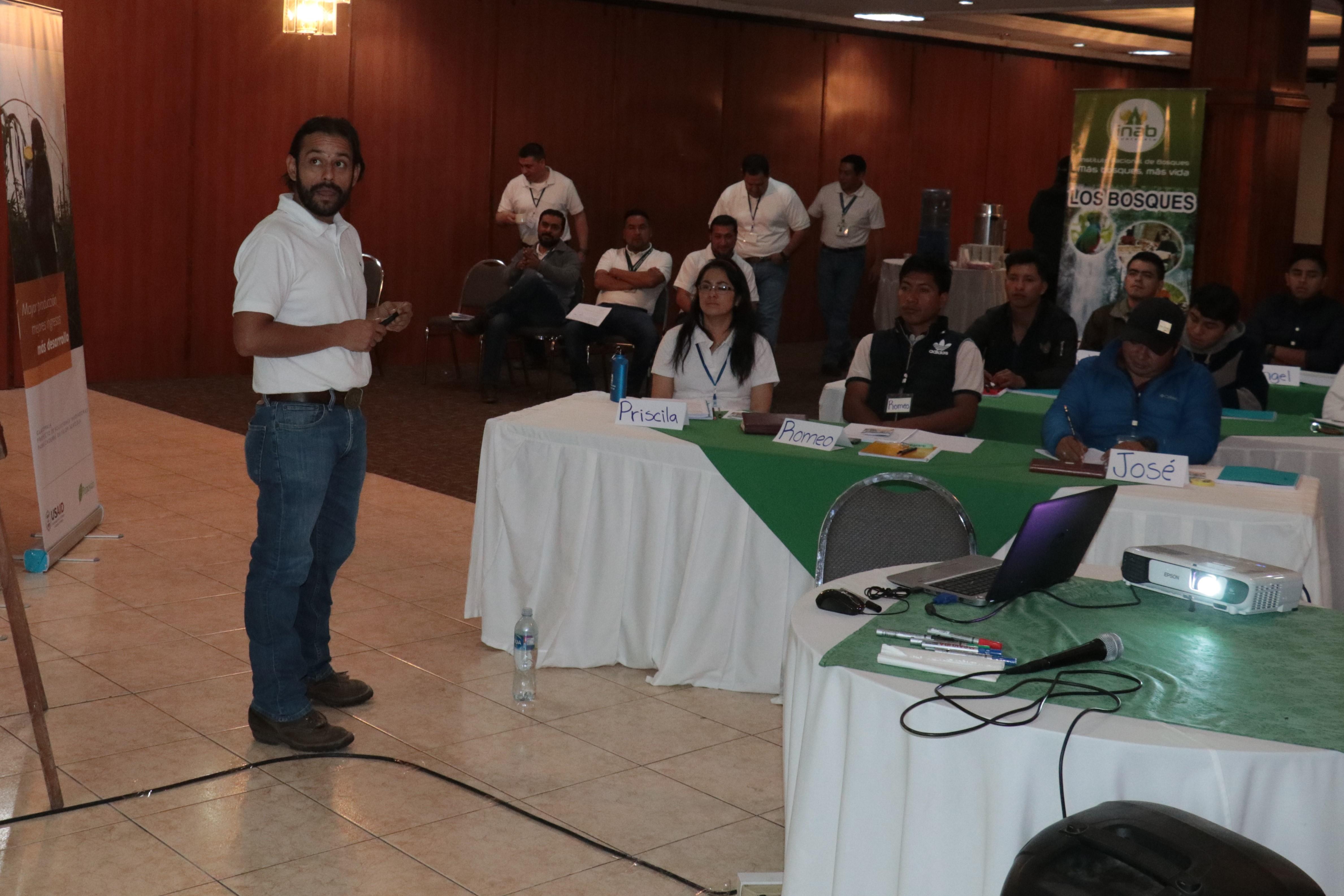 Óscar Rodríguez es uno de los expertos brigadistas que ha participado en talleres en varios países de Latinoamérica. (Foto Prensa Libre: Raúl Juárez)
