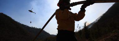 Bomberos luchan por controlar el incendio en el cerro San Juan Gascón