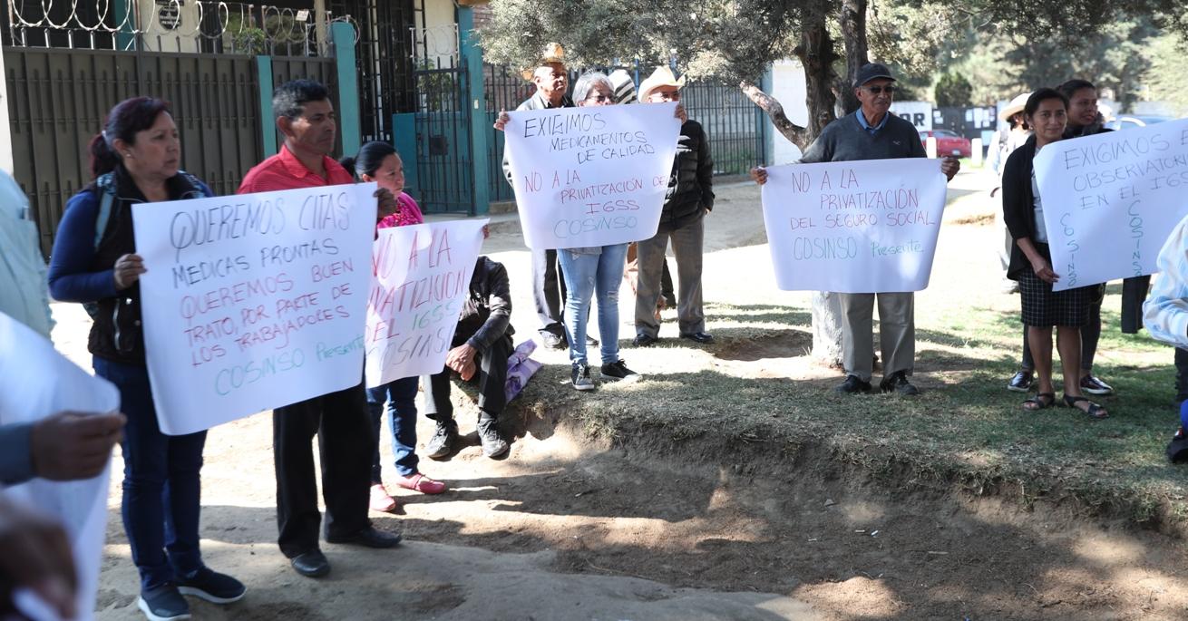 Los inconformes se reunieron en el parque de la Colonia Molina, zona 5, para luego trasladarse frente al Hospital General del IGSS. (Foto Prensa Libre: María Longo)