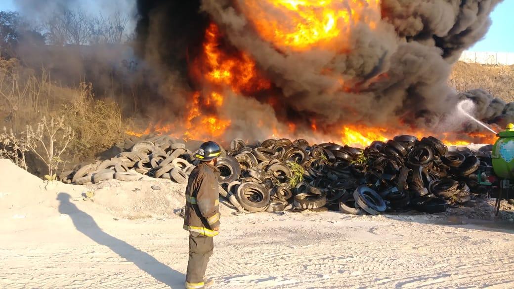 El incendio en la zona 3 es combatido por socorristas. (Foto Prensa Libre: Bomberos Voluntarios)