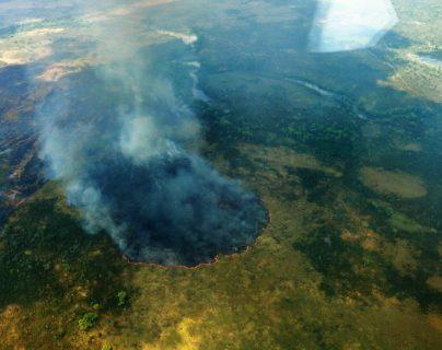 En un sobrevuelo sobre el Parque Nacional Laguna del Tigre en Petén se observa como un incendio destruye grandes extensiones. (Foto Prensa Libre: Cortesía Conap)
