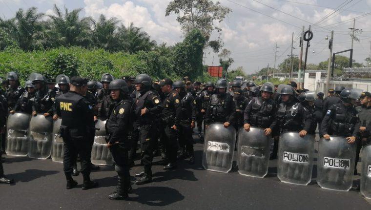 Un grupo de antimotines resguardaban las instalaciones del Inde ante la amenaza de los pobladores de ingresar a la fuerza. (Foto Prensa Libre: Alexander Coyoy)