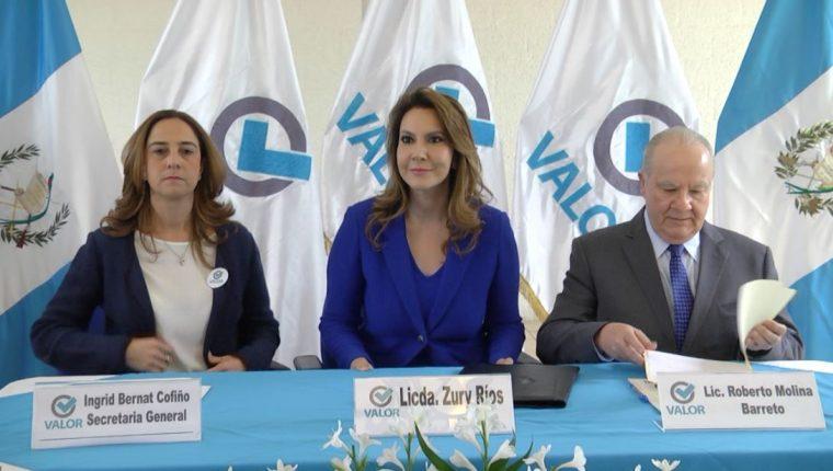 Ingrid Bernat Cofiño, secretaria general de Valor; Zury Ríos y Roberto Molina Barreto, binomio presidencial, durante la conferencia de prensa.