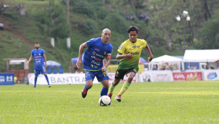 Janderson Pereira (izquierda) anotó el cuarto gol de los cobaneros. (Foto Prensa Libre: Eduardo Sam Chun)