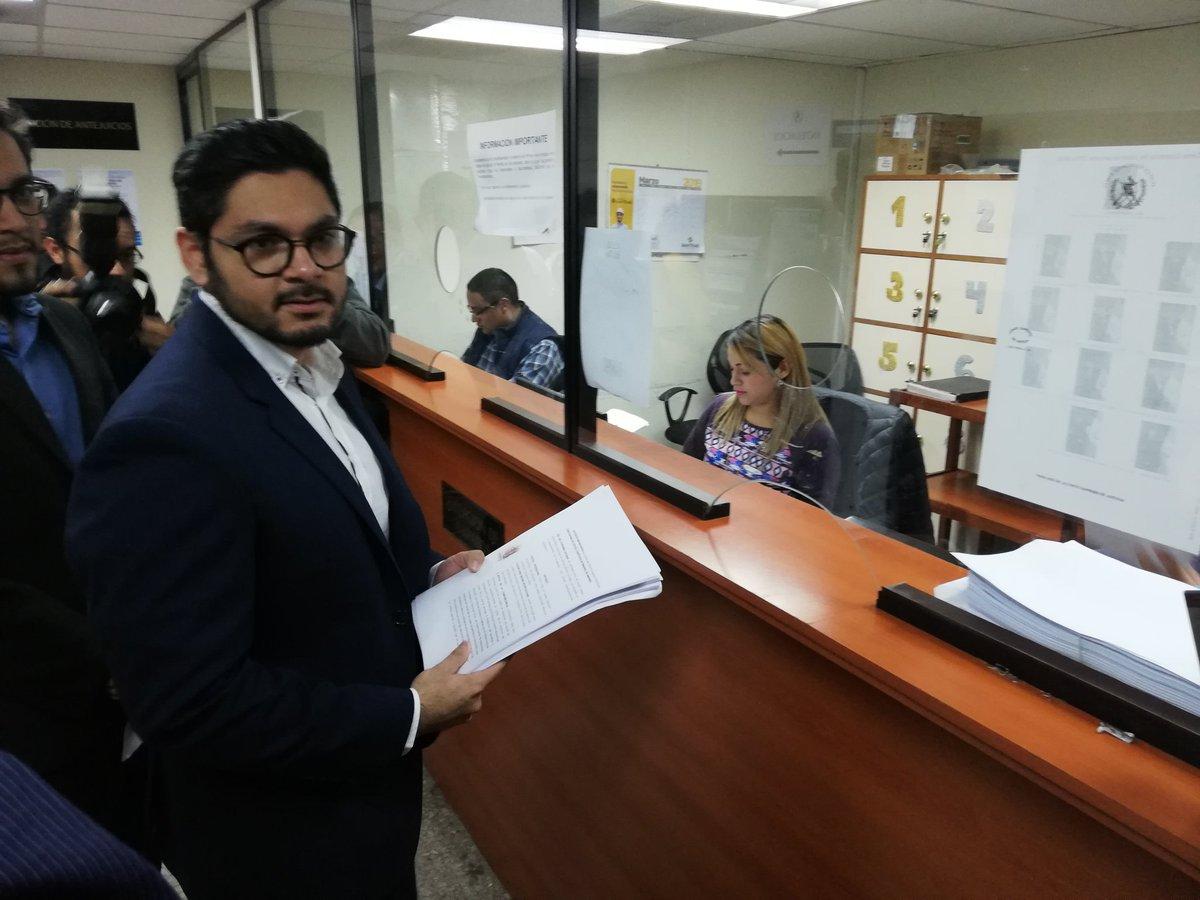 José Echeverría, del Movimiento Cívico Nacional (MCN), acciona contra candidatura de diputados tránsfugas. (Foto Prensa Libre: Kenneth Monzón)