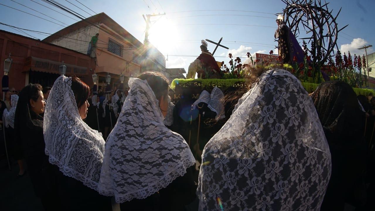 El cortejo inició a las cuatro de la tarde e ingresará al templo a las nueve de la noche. Foto Prensa Libre: Jurgen Wellman