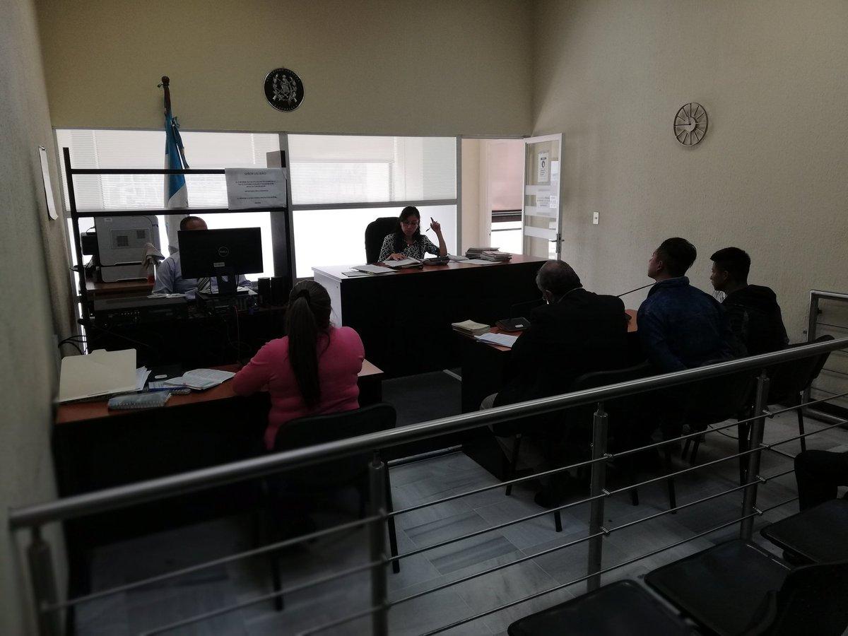 El Juzgado de Turno fue el único que tuvo audiencias. Acá comparecen dos supuestos asaltantes que fueron detenidos frente a la Embajada de Estados Unidos. (Foto Prensa Libre: Kenneth Monzón)