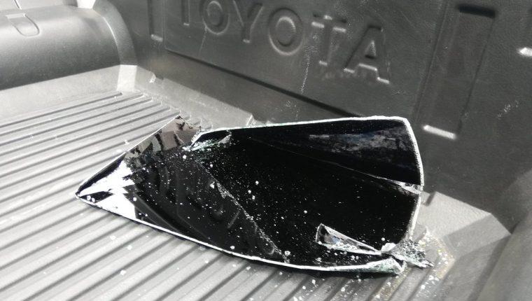 Algunos ladrones aprovecharon que los aficionados recogían sus entradas para abrir sus vehículos y sustraerles varios objetos de valor (Foto Prensa Libre:  Edwin Fajardo)