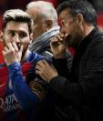 Lionel Messi conversa con Luis Enrique durante la etapa que el ahora seleccionador de España dirigía al FC Barcelona. (Foto Prensa Libre: Hemeroteca PL)