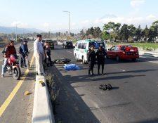Un motorista murió arrollado en el km 50 del Libramiento de Chimaltenango. (Foto Prensa Libre: Víctor Chamalé)