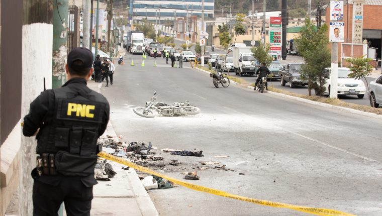 VAPULEADOS NARANJO TAXISTAS. En una jornada violenta, en Mixco en el Bulevar El Naranjo, dos supuestos extorsionistas balean a un taxista para luego ser vapuleados por otros taxistas. Al final del d'a, tanto el taxista como los extorsionistas vapuleados fallecen en centros asistenciales. El taxista fue identificado como Fardy MayŽn PŽrez mientras que los sicarios como Roger Ronald G—mez y Edwin Herrera. En la imagen, lugar donde vapulearon a los sicarios, as' mismo, objetos quemados y una motocicleta de la PNC tambiŽn quemada luego de que taxistas vapulearan a los sicarios.