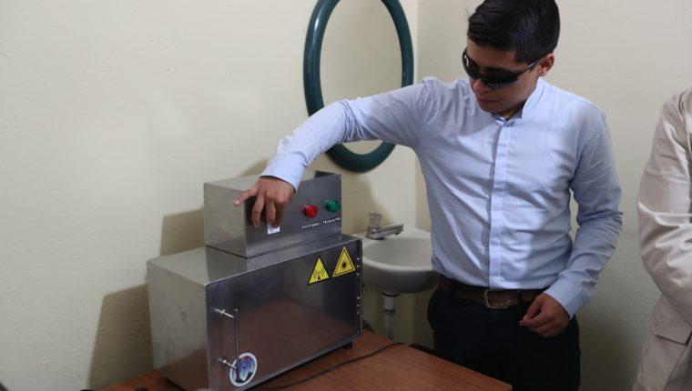 El universitario donó la máquina al centro de Salud de Quetzaltenango donde hizo una demostración de cómo funciona el equipo. (Foto Prensa Libre: María Longo)