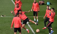 Real Madrid's Brazilian defender Marcelo (C) and Real Madrid's Costa Rican goalkeeper Keylor Navas (R) attend a training session with teammates at the Valdebebas training complex in the outskirts of Madrid, on March 4, 2019, on the eve of the UEFA Champions League, round of 16, second leg football match against Ajax. (Photo by JAVIER SORIANO / AFP)