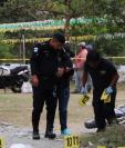 Autoridades reúnen indicios en el lugar donde murieron baleados dos guardarecursos en Morales, Izabal. (Foto Prensa Libre: Dony Stewart).