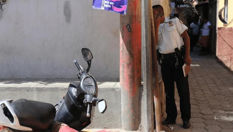 El cadáver del universitario Josué Daniel Urrutia quedó a un costado del vehículo en el que viajaba en Chiquimula. (Foto Prensa Libre: José Boya).