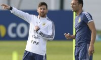 Argentina's forward Lionel Messi (L) gestures next to assistant coach Lionel Scaloni during a training session at the team's base camp in Bronnitsy, near Moscow, on June 11, 2018, ahead of the Russia 2018 World Cup football tournament. - Argentina's coach Lionel Scaloni called up Lionel Messi to be back in the Argentinian squad ahead of friendly football matches in preparation for the Copa America, to be held in Brazil on June and July 2019. (Photo by JUAN MABROMATA / AFP)