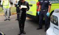 Socorristas en el lugar donde murió una persona por paro cardiaco en la capital. (Foto Prensa Libre: Cortesía Bomberos Municipales).