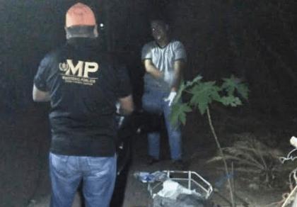 Autoridades inspeccionan el lugar donde murió quemada la anciana en Huité, Zacapa. (Foto Prensa Libre: José Boya).