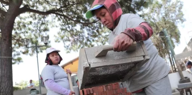 El apoyo de las mujeres es importante para ejecutar obras de desarrollo en Mixco. (Foto Prensa Libre: Juan Diego González).