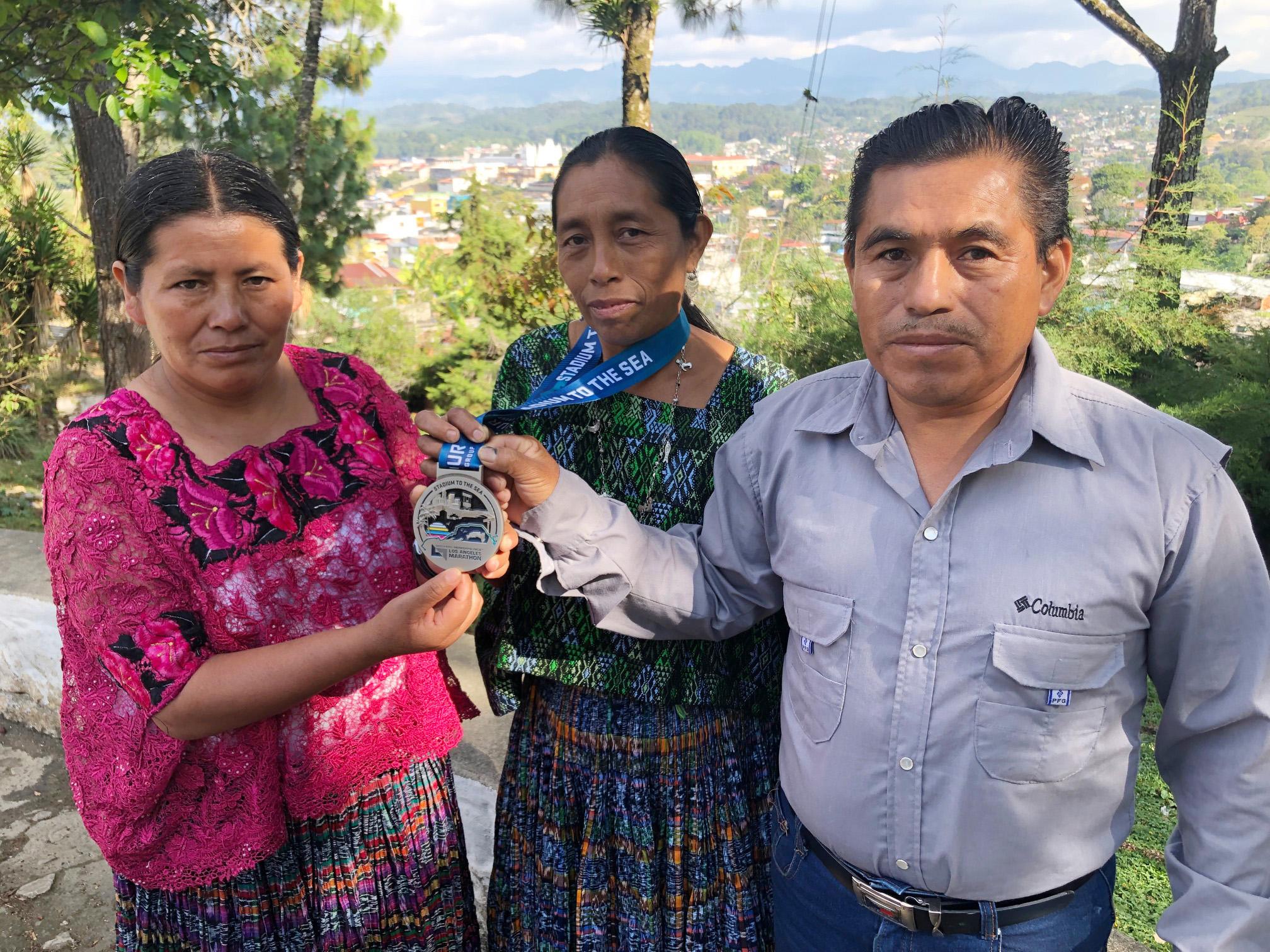 María del Carmen Tun Cho, acompañada de su esposo Juan Coc y su entrenadora Herlinda Xol. Ya se encuentra en Raxruhá. (Foto Prensa Libre: Eduardo Sam Chun)