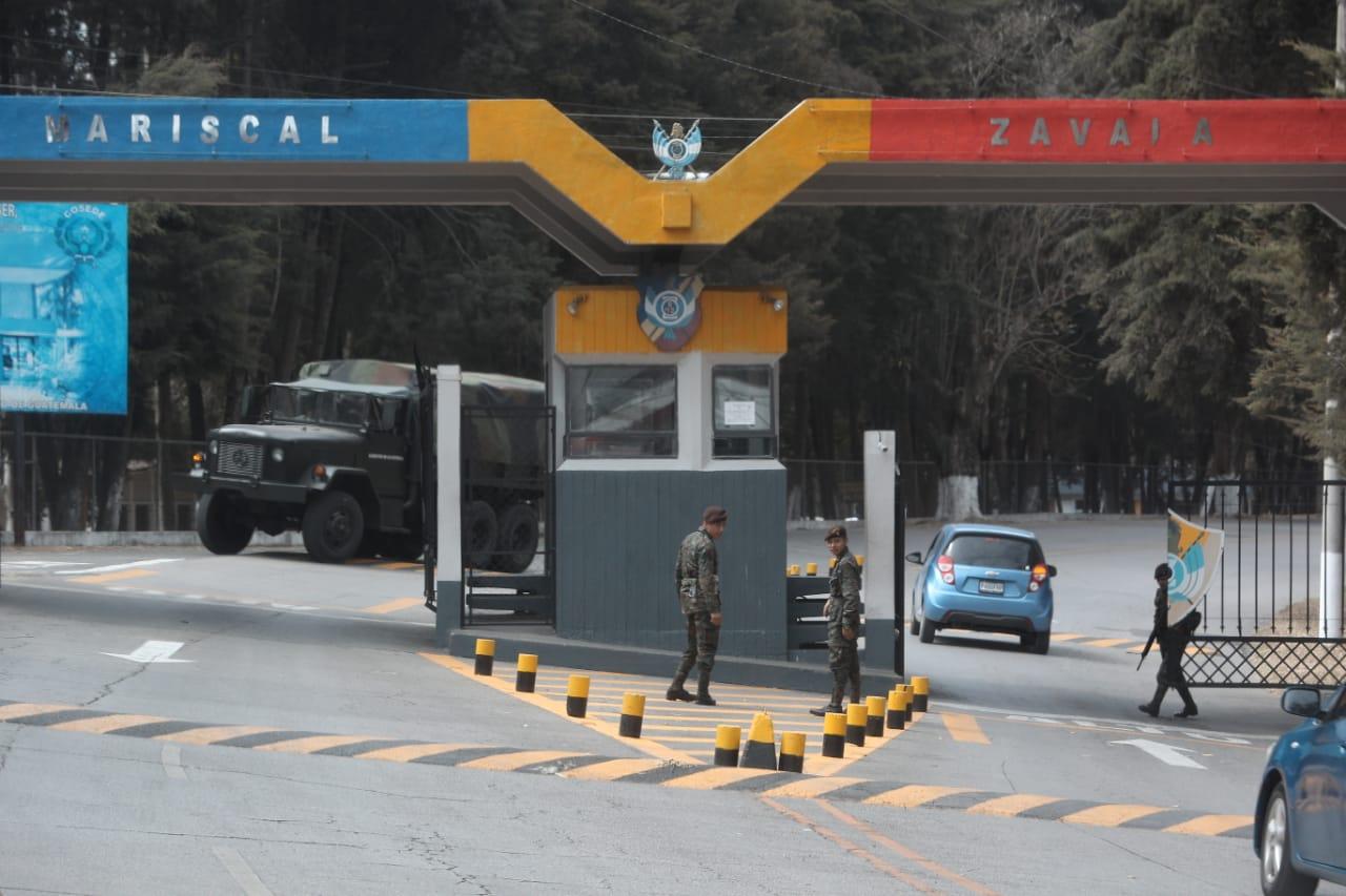El acceso a la Brigada Militar Mariscal Zavala, donde funciona la cárcel. (Foto Prensa Libre: Carlos Hernández)