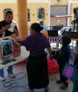 En la colecta los familiares compartieron fotografías de la menor de edad fallecida mientras viajaba indocumentada a Estados Unidos. (Foto Prensa Libre: María Longo)