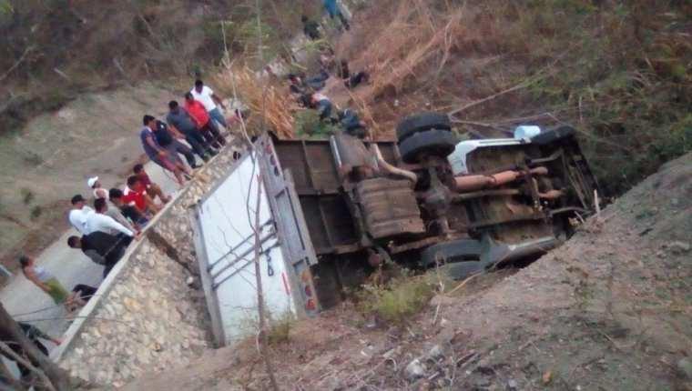 El camión donde viajaban los migrantes se accidentó en un pequeño barranco de una carretera de Chiapas. (Foto Prensa Libre: Hemeroteca PL)