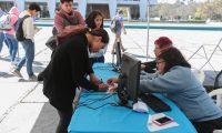 CENTRO DE EMPADRONAMIENTO. Segœn estad'sticas del Tribunal Supremo Electoral, hasta el mes de enero se hab'an empadronado 7.7 millones de personas y se espera que para el 17 de marzo se llegue a la cifra de 8.4 millones. Para llegar a sus metas el TSE tiene jornadas de empadronamiento en centros comerciales y universidades. En la imagen, centro de empadronamiento ubicado frente a la Rector'a de la Universidad de San Carlos de Guatemala.