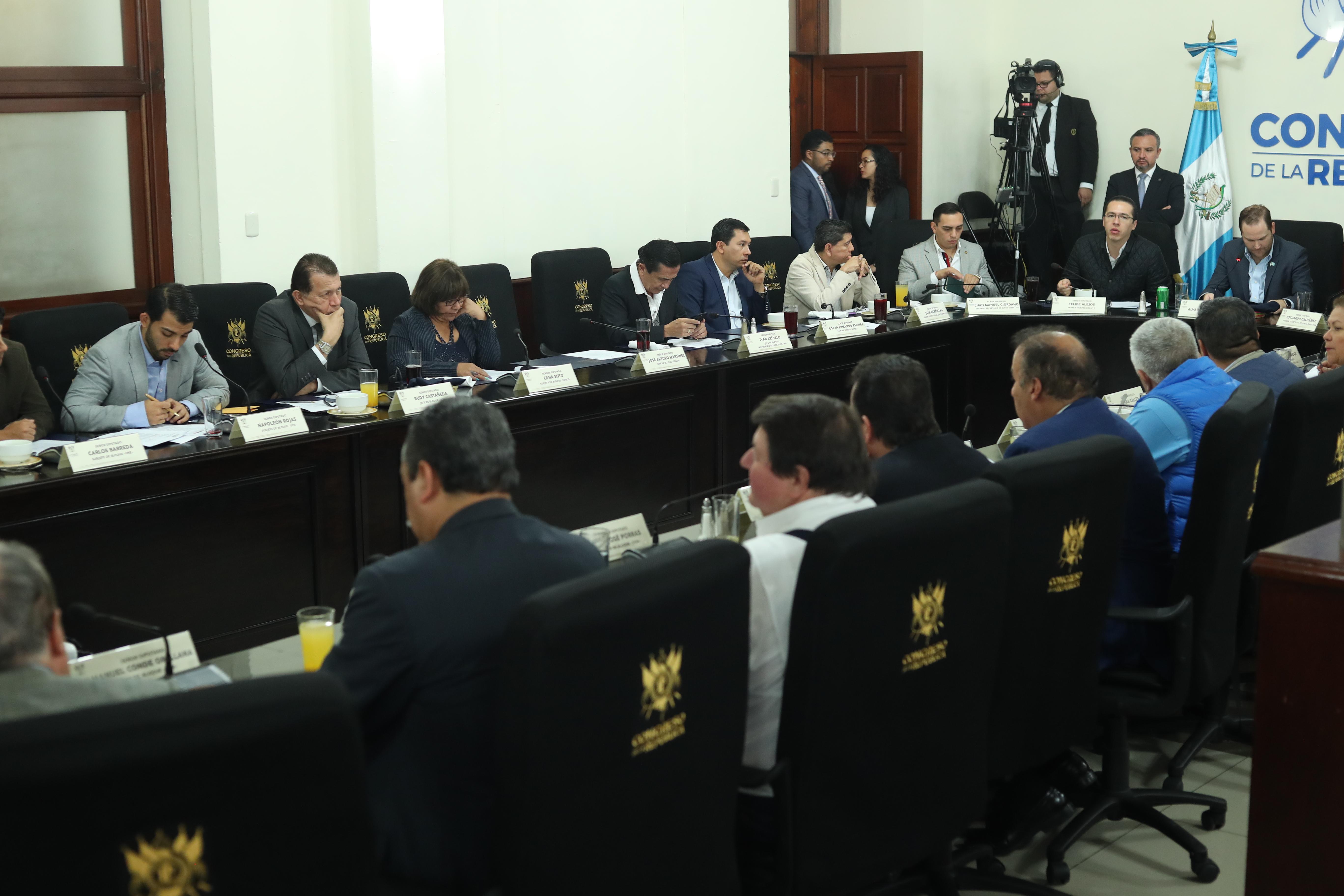 Reunión de jefes de bloque del congreso de la república en discusión sobre agenda legislava.