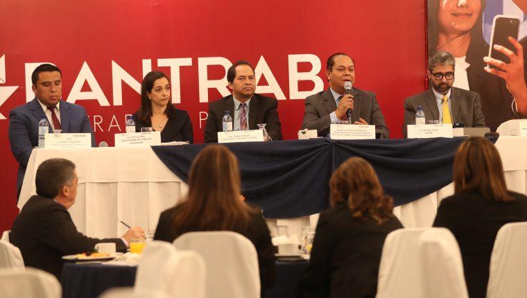 El foro Perspectivas laborales en el entorno sociopolítico actual, que organizó la Asociación de Gestión Humana (AGH) de Guatemala y el Banco de los Trabajadores (Bantrab), analizó la situación actual del mercado laboral. (Foto Prensa Libre: Esbín García)