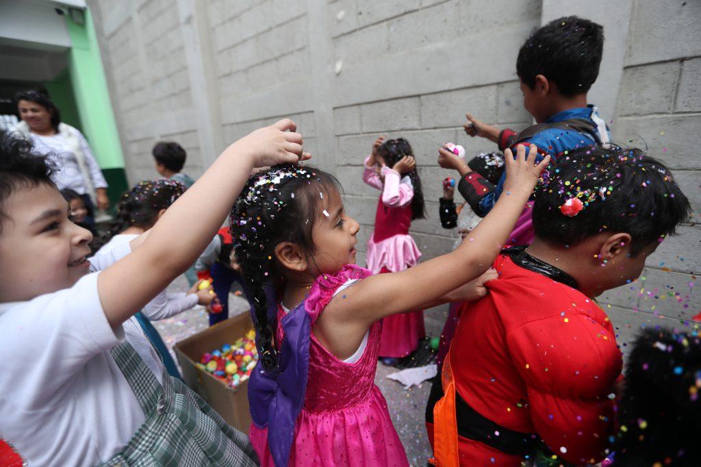A los niños se les pidió que quebraran el cascarón en la mano y luego esparcieran la pica pica