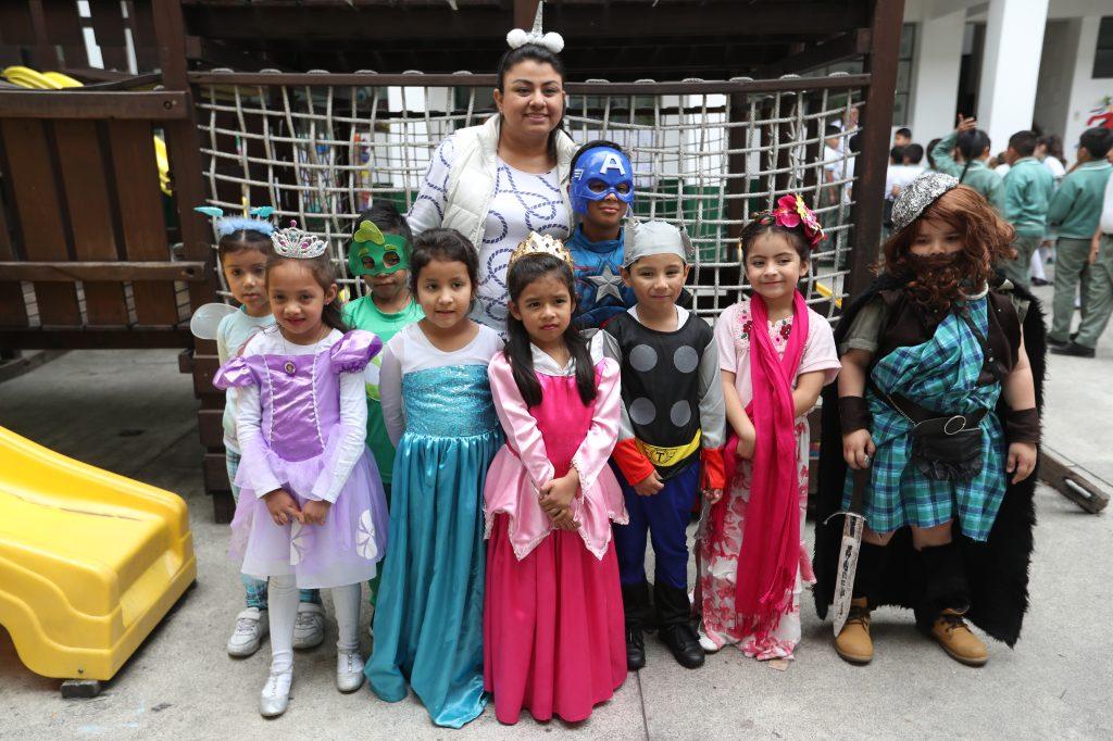 Los niños del Kinder posaron en grupo.