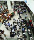 Personas tramitan su finiquito en oficinas de la Contraloría. (Foto Prensa Libre: Esbin García)