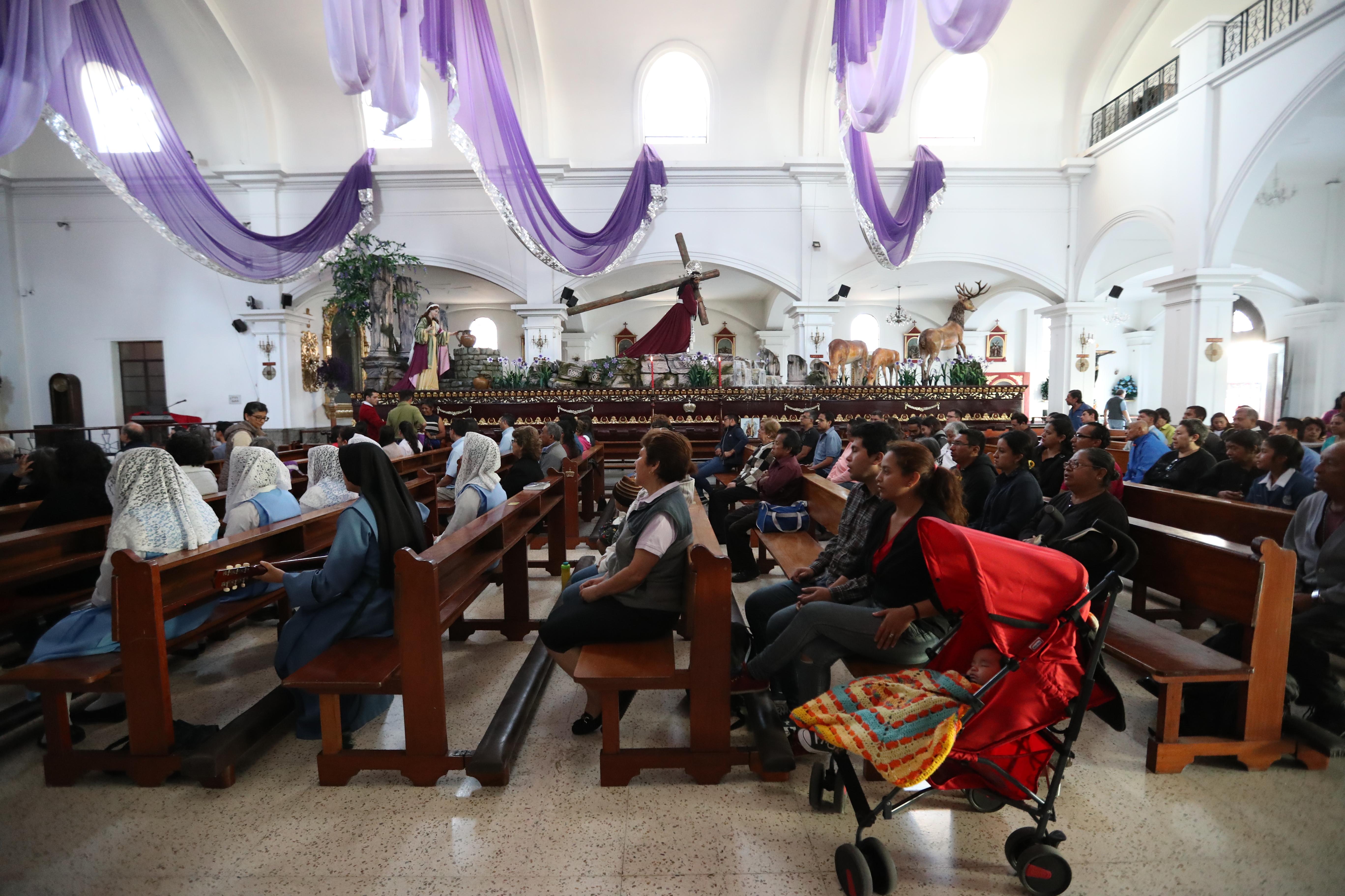 Durante la misa en la iglesia San José se pudo observar el anda procesional de Jesús de los Milagros. (Foto Prensa Libre: Óscar Rivas.)