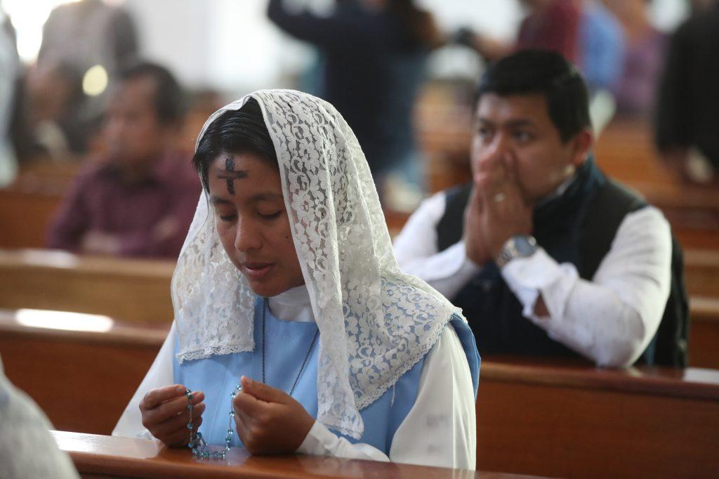 Durante la celebración de la misa se pide a las personas que también reflexionen que del polvo se viene y al polvo se volverá, según la religión católica.  (Foto Prensa Libre: Óscar Rivas. )