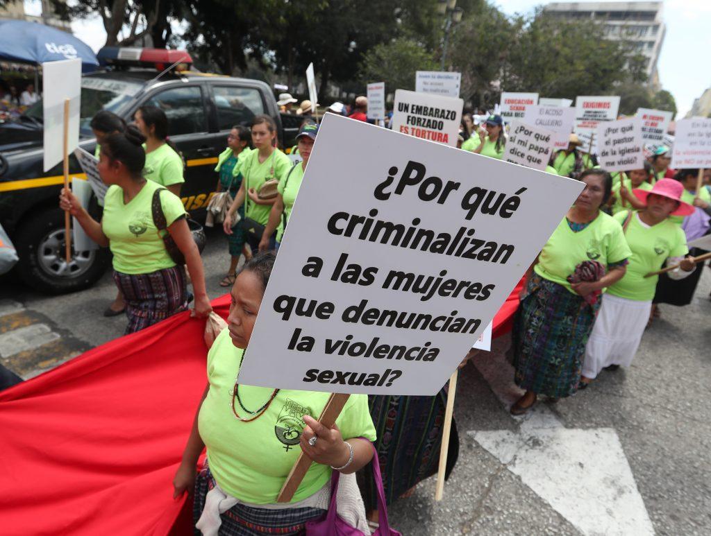 Carteles con demandas mostraron las participantes en la caminata. (Foto Prensa Libre: Óscar Rivas)