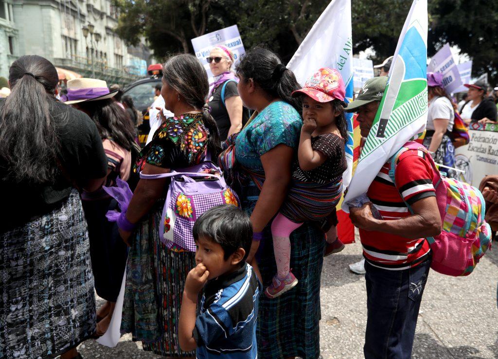 Las mujeres también pidieron que los padres ayuden con el cuidado de los niños y compartan las responsabilidades del hogar. (Foto Prensa Libre: Óscar Rivas)