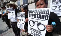 Integrantes de la Coordinadora del Movimiento Nacional de V'ctimas acudieron frente al Congreso para protestar en contra de las reformas a la Ley de Reconciliaci—n Nacional.                                                                                            Fotograf'a Esbin Garcia 11-03- 2019.