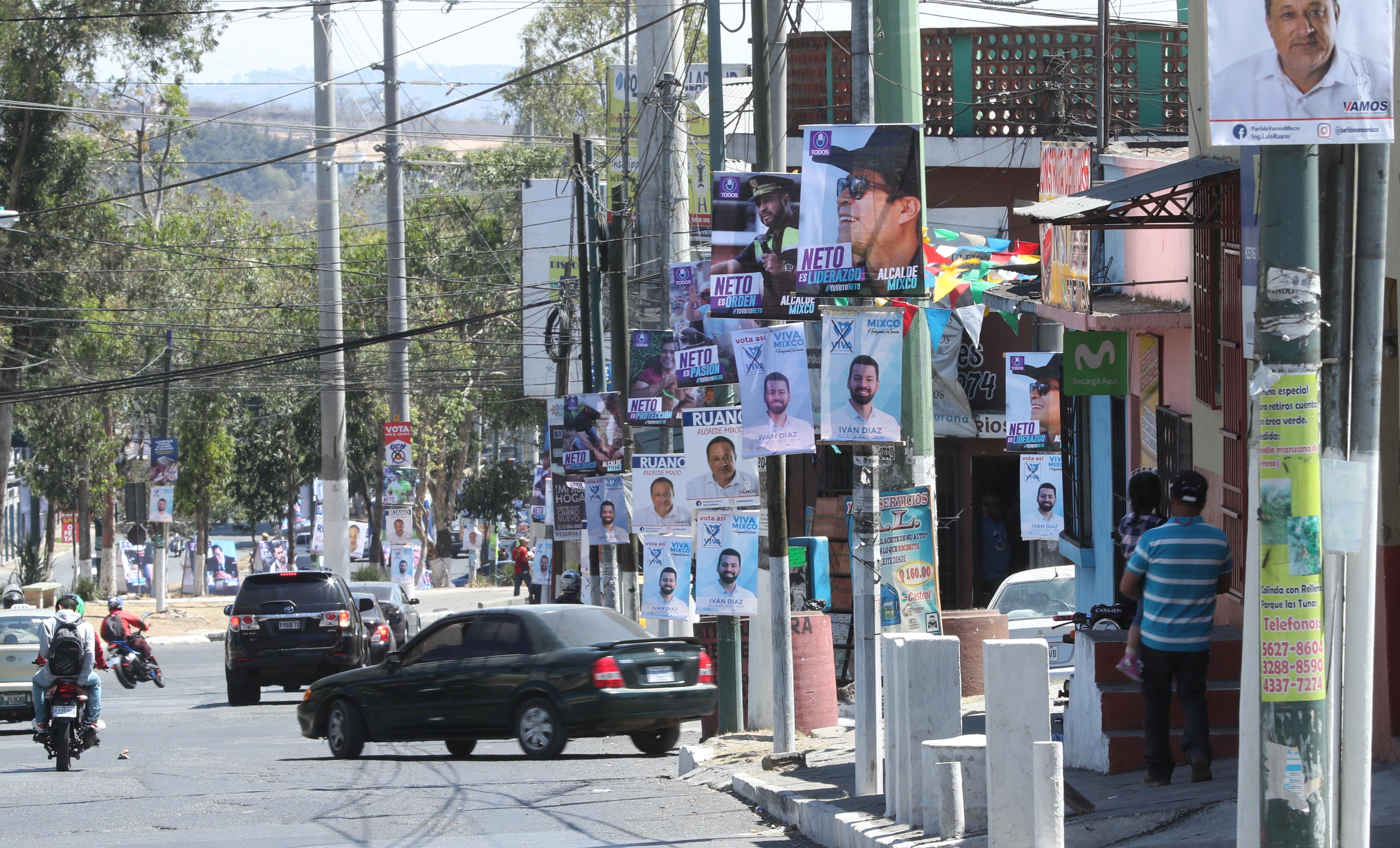 Los partidos políticos ya están enfrascados en el proceso electoral y colocan publicidad en las calles. (Foto Prensa Libre: Esbin García)