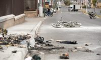 En este lugar del bulevar El Naranjo, en Mixco, fueron vapuleados y quemados los dos supuestos sicarios. (Foto Prensa Libre: Juand Diego González)