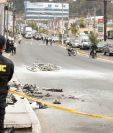 Un policía observa el lugar  donde fueron quemados los supuestos delincuentes que posteriormente murieron. (Foto Prensa Libre: Juan Diego González)