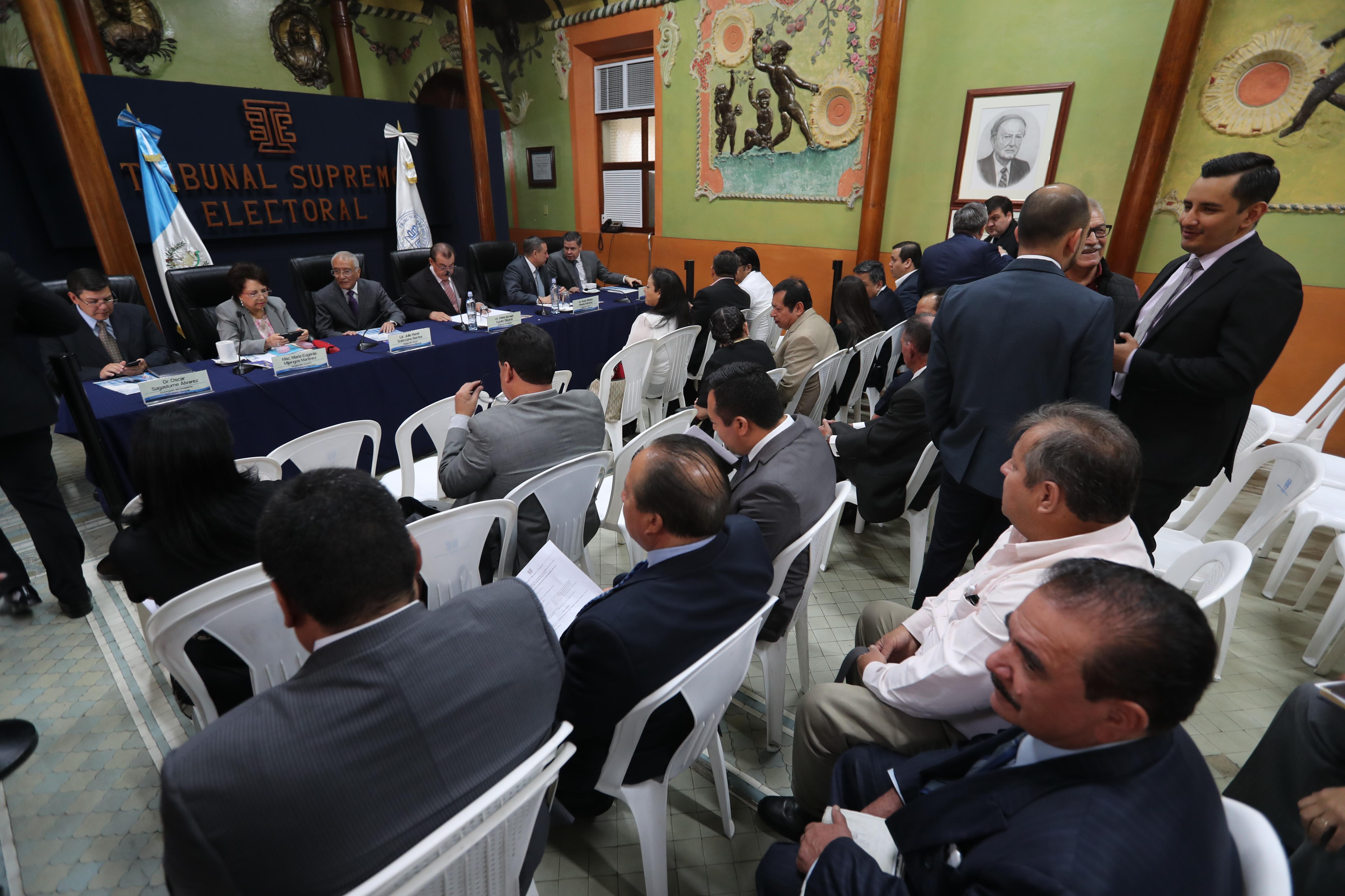 Partidos podrían ser sancionados por haber pautado en Facebook y Twitter para promover candidatos, lo cual está prohbido. (Foto Prensa Libre: Érick Ávila)