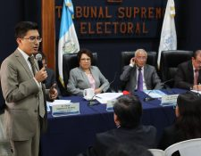 Ricardo LaParra, del partido Semilla habla durante la reunión de fiscales de partidos políticos con magistrados del Tribunal Supremo Electoral. (Foto Prensa Libre: Érick Ávila)