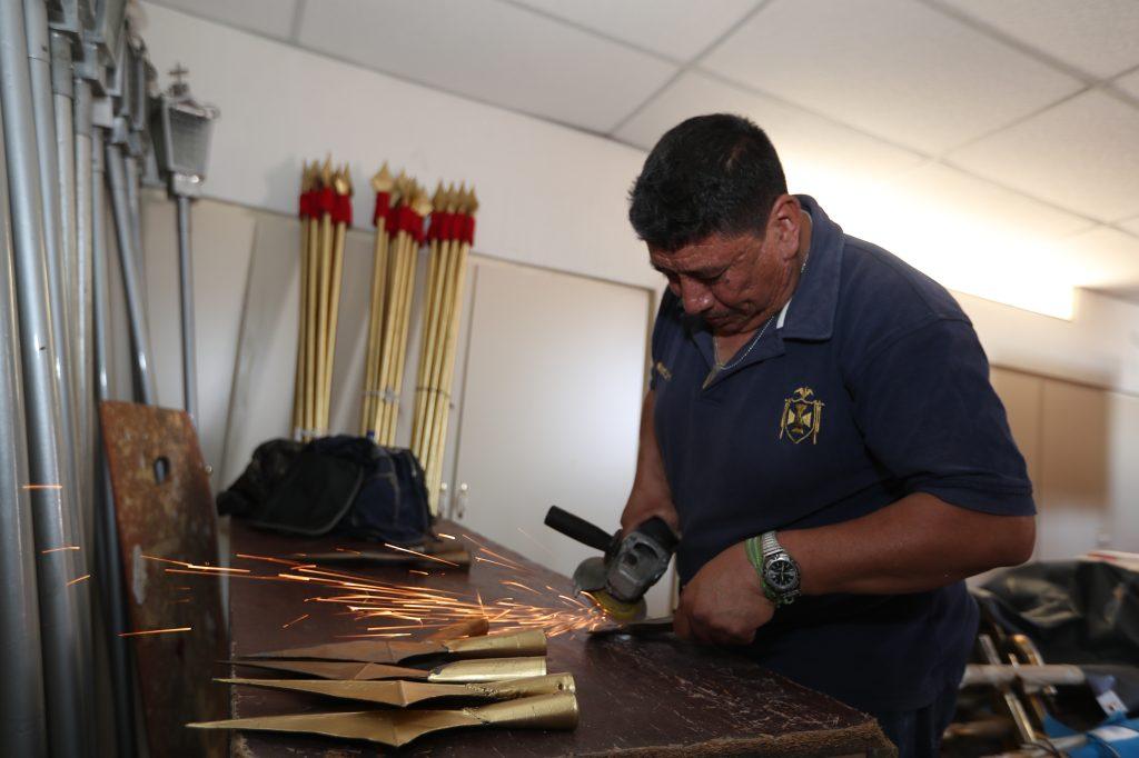 Las puntas de lanza son trabajadas cuidadosamente para que nadie sea lastimado por ellas